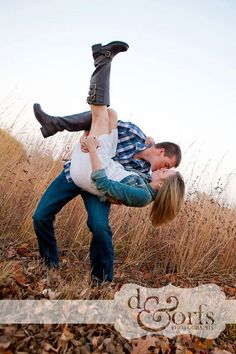Cute couple / engagement picture | Kiss and dip | Country | Outside, spring / summer / fall session | Couples / engagements photography | Picture idea