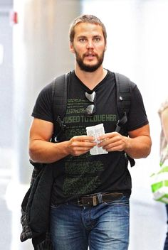 Taylor Kitsch Photos: Taylor Kitsch at JFK Airport
