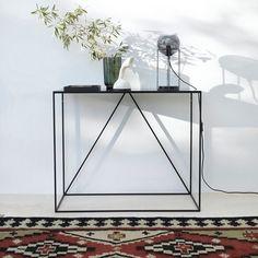 La console Romy. Élégante et discrète, elle mise sur la légèreté des lignes pour s'intégrer dans tous les styles d'intérieur. Idéale dans une entrée, un salon, ou même une chambre, pour accueillir une lampe, un vase ou un bel objet déco.Caractéristiques :- En métal noir, laqué époxy.Dimensions :- L90 x H75 x P35 cm.Dimensions et poids du colis :- L99,5 x H40,5 x P82 cm, 2,68 kgLivraison chez vous :Votre console sera livrée chez vous sur rendez-vous, même à l'étage !Attention ! Veuille...