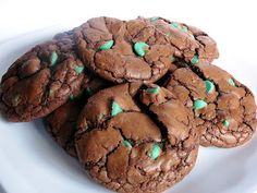 Baked Perfection: Chocolate Mint Chip Cookies (a.a Polka Dot Cookies)- like an Andes Mint! Peppermint Cake Roll, Peppermint Cookies, Peppermint Candy, Andes Mint Cookies, Mint Chocolate Chip Cookies, Köstliche Desserts, Delicious Desserts, Dessert Recipes, Delicious Chocolate