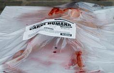 """México, D.F.    1 de Noviembre del 2012.  Día Mundial del Veganismo.        """"Esta carne ha sido maltratada y cruelmente criada para su producción. Con insultos y golpes esta persona fue asesinada desangrándose boca abajo, colgando de sus patas traseras. Nunca conoció lo que era la vida en libertad."""""""