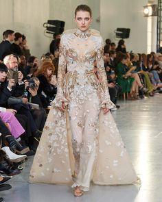Elie Saab Frühjahr/Sommer 2020 Haute Couture - Fashion Shows Elie Saab Couture, Ellie Saab, Fashion Week, Fashion 2020, Runway Fashion, Elie Saab Spring, Style Couture, Couture Fashion, Fashion Show Collection