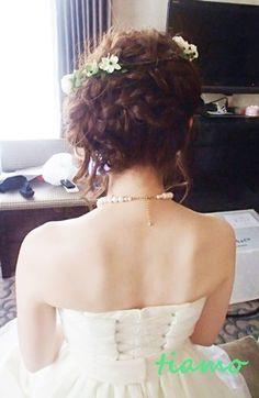 編み込みカジュアルアップに花冠のオシャレ花嫁さま♡  大人可愛いブライダルヘアメイク『tiamo』の結婚カタログ