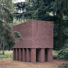 Brick sculpture, Per Kirkeby. Unusual Buildings, Small Buildings, Architecture Design, Brick Art, Chula, Brick And Stone, Modern Sculpture, Brutalist, Land Art