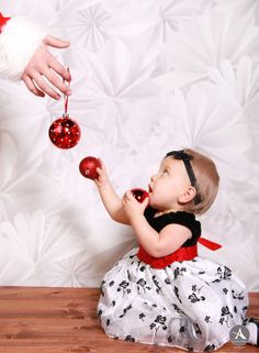 One year baby girl birthday photoshoot with a cake smash and a Christmas theme. Michigan based photographer Amanda Abraham Photography uses props to enhance your photography experience