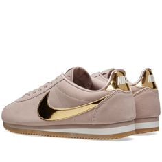 Zapatillas Nike Cortez, Zapatillas Casual, Adidas Outfit, Nike Outfits, Rubber Shoes Outfit Casual, Nike Shoes, Sneakers Nike, Nike Classic Cortez, Gold Sneakers