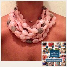 Collana girocollo multi filo maxi, importante, collana bavaglio, realizzata con pepite in resina color rosa con qualche pepita grigia. Parte di OMhandemade su Etsy