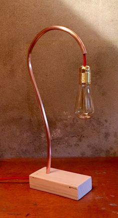 Création 2'3.04 : lampe unique, réalisions sur commande. Socle en bois de palette et structure en cuivre entièrement façonné à la main.