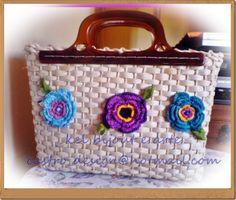 bolsa de palha feita com alça de resina e flores de croche com linha de algodão colorida