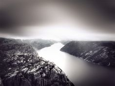 """Preikestolen oder Prekestolen, was übersetzt """"Priesterstuhl"""" heisst, ist eine massive 604 Meter hohe Felswand über über dem Lysefjord, gegenüber dem Kjerag Plateau, in Forsand, Ryfylke, Norwegen. Die Spitze der Klippe ist etwa 25 mal 25 Meter, fast flach, und ist eine berühmte Touristenattraktion in Norwegen. Von dort aus ist dieses Foto entstanden.    Dieses Bild ist aus einer 3er-Bilderreihe entstanden, ohne Stativ."""
