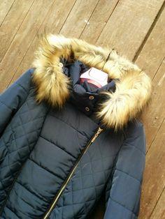 Le damos la bienvenida al frío con este #abrigo azul marino de la firma VAN-DOS.