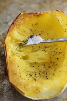 How to roast spaghetti squash in the oven. Spaghetti squash is a healthful alternative to regular pasta for a grain-free, low-carb option. I Love Food, Good Food, Yummy Food, Delicious Recipes, Low Carb Recipes, Vegetarian Recipes, Cooking Recipes, Courge Spaghetti, Spaghetti Sauce
