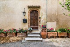 Discover the best Tuscan paint colors. It& so easy to add the warmth and rustic charm of Tuscany into your home with these gorgeous paint colors. Tuscan Paint Colors, Rustic Paint Colors, Yellow Paint Colors, Exterior Paint Colors, Wall Colors, House Colors, Tuscan Style Homes, Tuscan House, Design Toscano
