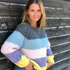 Enkel stripet genser av Anett Opheim - Lilly is Love Knit Sweater Outfit, Sweater Fashion, Baby Cardigan Knitting Pattern, Knitting Patterns, Knitting Blocking, Pullover Mode, Pink Sequin, Outfit Combinations, Crochet Yarn