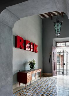 love the contrast of traditional elements with modern pieces and the typo on the wall