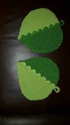 Schöne, selbstgehäkelte Topflappen als Blattmotiv. Größe 20x20 cm Material 100% Baumwolle Waschbar auf 40 Grad Crochet Hot Pads, Cute Crochet, Knit Crochet, Crochet Hats, Potholders, Yarn Crafts, Doilies, Coasters, Etsy