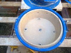 Haciendo macetas de cemento.