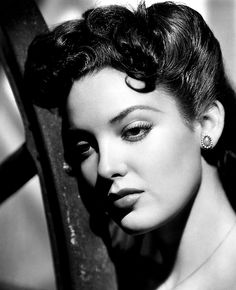 Linda Darnell, she really is Faux Sharon Old Hollywood Glamour, Golden Age Of Hollywood, Vintage Hollywood, Classic Hollywood, Hollywood Stars, Classic Actresses, Beautiful Actresses, Actors & Actresses, Hollywood Actresses