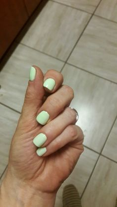Mon's short mint nails