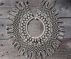 Collier de perles à la main Embera