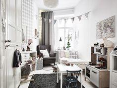 Noir et blanc seulement pour le salon, et dans la salle à manger on ajoute des teintes sépia.