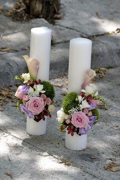 Lumanari de cununie scurte cu aranjament pe o parte. Lungimea lumanarilor este de 40 cm. La cerere se poate realiza si pe alta combinatie cromatica Candels, Pillar Candles, Flower Decorations, Wedding Decorations, Wedding Bouquets, Wedding Flowers, Beautiful Candles, Bereavement, Handmade Candles