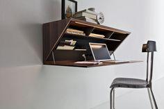 Non più scrivanie con cassetti, contenitori per classificatori, protetti da complicate serrature, ma un solido, a forma triangolare, appeso a muro.