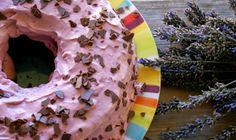 Bolo de Chocolate com Cobertura de Natas e Pasta de Framboesa