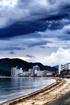 24  Aug. 6:13 新しい朝を迎えた福岡市西区の長垂海岸(Nagatare seaside )です。 ( Cloudy Morning Now at Hakata bay in Japan )