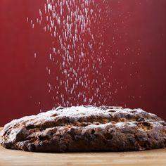 Kerstbrood - geen kersttafel compleet zonder kerstbrood. Onze variant is extra rijk gevuld met dadels, pistachenoten, amandelen, gekonfijte kersen, cranberry's en rozijnen. Het subtiel aanwezige vleugje kaneel en de citroenrasp geven het brood een overheerlijke verfijnde smaak. Lekker met een laagje verse biologische boeren roomboter!