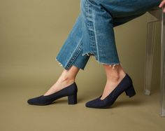 navy blue fabric stacked heel pumps / classic pumps / vtg blue heels / 9 M / 669s