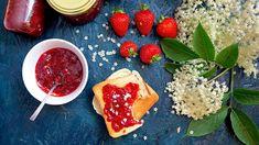 Pár květů černého bezu dodá jahodovému džemu okouzlující vůni ašmrnc. Bílé kvítky včervené hmotě vypadají jako malé hvězdičky: tohle je zkrátka opravdu luxusní pochoutka. Edible Plants, Food Storage, Preserves, Pickles, Canning, Breakfast, Luxury, Morning Coffee, Preserve