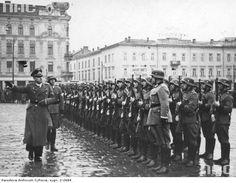 """Listopad 1939. Gubernator Hans Frank dokonuje przeglądu kompanii honorowej. W tle widoczny """"Hotel Europejski"""". Dzisiaj plac Jana Nowaka-Jeziorańskiego."""