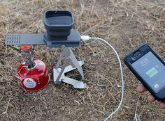 FlameStower Demandantes afirman que generalmente se dirigen al desierto para desconectar. Sí a la derecha! Así que ¿por qué hay 57 productos diferentes para cargar su teléfono en el bosque? Exactamente. Aquí hay otro. El plegable FlameStower captura el exceso de calor residual de su estufa para cargar dispositivos USB sin alimentación. Teléfono, iPad, mini-helicóptero de RC, ya sabes, todas esas cosas que hay que ponerse en contacto con la madre naturaleza.