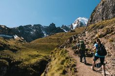 Senderistas en el valle de Lares, al norte de Cuzco, en los Andes peruanos. Machu Picchu, Inca, Mount Everest, Mountains, Places, Nature, Travel, Cusco, Mountain Range