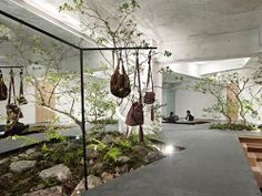 Interiorismo con jardines por Yuko Nagayama - II, pasarela-expositor de prendas • Fashion runway at Sisii showroom, Japan. Foto: ©Daichi Ano