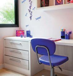 Cadeira - modelo Satt CS, com rodízios. Tok & Stok, R$ 395. Módulo suspenso - o nicho Legal é de MDF pintado (40 x 81 x 37 cm). Tok & Stok, R$ 175. Adesivo - o Liberty (14 x 23 cm) traz delicadas libélulas. Tok & Stok, R$ 12. Luminária - modelo Giane 127. Tok & Stok, R$ 189. Roupa de cama - colcha Petit Girl com porta-travesseiro (estampa fora de linha). MMartan.