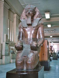 Estatua oferente del faraón Tutmosis III, esculpida durante la XVIII dinastía