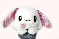 Fluse :Kleiner  Hase aus hochwertigem Kuschel -Plüsch,Fell-Imitat in Weiss mit Rosa  Blumenstoff-Ohren   ! Einzelstück!Unikat! Nach eigener Vorlage he
