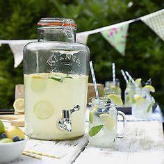 El puesto de limonada en bodas o incluso de agua es un detalle ideal para los invitados en épocas de calor tanto en la iglesia como en la finca. No renuncies a ello porque todos los detalles suman.