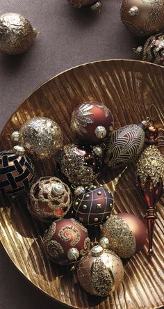 Art deco glamour, made thoroughly modern. Our exclusive Mixed Metals Ornament Collection incorporates iconic scalloped and fan designs, opulent accents and shades of gold, copper, bronze and dark chocolate.