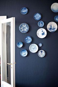 10 x borden aan de muur - everythingelze.com Dining Room Blue, Dining Room Wall Art, Kitchen Wall Art, Kitchen Walls, Navy Kitchen, Navy Walls, Modern Wall Decor, Plates On Wall, Hanging Plates