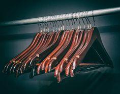 Com a crise econômica brasileira, os brechós estão com tudo. Saiba mais sobre essa forma sustentável e barata de renovar o guarda-roupa. #eusemfronteiras