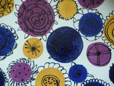 2nd grade: Ceramic plate with outlined flowers.