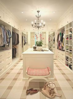 Un dressing immense et chic.