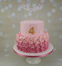 Lyserød smørcreme etager kage med håndlavet pynter   Pink buttercream tiered cake with handmade decoration  www.bakemydaydk.com
