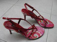 resubmitted by げっこ (C)Doroco Soft 商品詳細 香港マダムの友人達からの委託出品です。 彼女達は香港ソサエティではかなりの有名人(25Ansにも載りました)で、靴同様バッグもほとんど数回のみの使用という何とも羨ましい生活を送っております。今回彼女達からの依頼で、ブランド品を低価格にてオークション出品いたしますので、お見逃しなく。 今回出品するのはドルチェらしい華やかな赤のサンダルです。上質な革素材にスタッズを施したサンダルはデニムとも好相性。ドルチェらならではのエレガン...