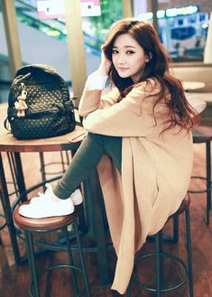 Very cute casual outfit with the olive colored skinny jeans and the white shoes with the oversized camel colored cardigan and the black bag. but the type of material for the pants is iffy Colored Skinny Jeans, Jeans Skinny, Korean Street Fashion, Asian Fashion, Cute Fashion, Girl Fashion, Womens Fashion, School Fashion, Korean Girl