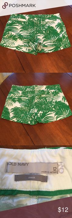 NWOT! Old Navy palm shorts. NWOT very cute!! White Old Navy shorts with kelly green Palm pattern. Old Navy Shorts