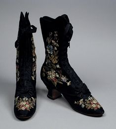 1885 - Pair of embroidered suede boots by F. Pinet, Paris, c. Los Angeles County Museum of Art, - in Western fashion - Wikipedia, the free encyclopedia 1880s Fashion, Victorian Fashion, Vintage Fashion, Vintage Outfits, Vintage Boots, Moda Vintage, Vintage Mode, Vintage Accessories, Fashion Accessories